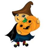 Halloween-Partyjungen-Holdingkürbis. Steckfassungslaterne Stockfotografie
