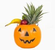 Halloween-Plastikkürbis voll von Früchten Lizenzfreies Stockfoto