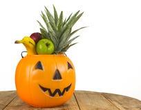 Halloween-Plastikkürbis voll von Früchten Stockfotografie