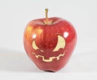 Halloween - pomme avec le visage sinistre images stock