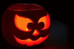 Halloween-pompoen in dark met een binnen kaars Royalty-vrije Stock Afbeeldingen