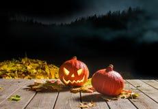 Halloween-pompoen die in de nacht glimlachen Stock Afbeeldingen