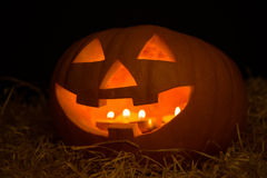 Halloween-pompoen hefboom-o-Lantaarn met kaarsen in dar wordt verlicht die Stock Fotografie