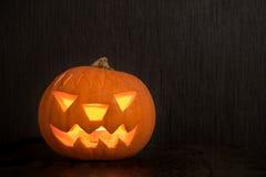 Halloween-pompoen met brandkaars die op donkere achtergrond gloeien met Royalty-vrije Stock Foto