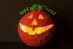 Halloween-pompoen met groen haardecor stock afbeeldingen