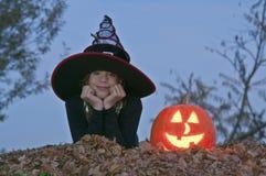 Halloween-pompoen met heks het liggen Royalty-vrije Stock Foto
