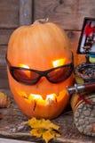 Halloween-pompoen met het waden van laarzen en vlieg-vist Stock Foto's