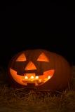 Halloween-pompoen met kaarsen in duisternis wordt verlicht die Stock Fotografie