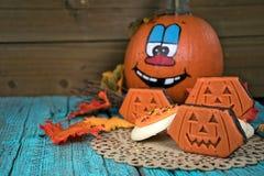 Halloween-pompoen met koekjes op doily Stock Afbeeldingen