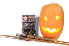 Halloween-pompoen met vlieg-vist op wit Stock Afbeeldingen