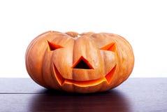 Halloween-pompoen op de lijst op witte achtergrond wordt geïsoleerd die Royalty-vrije Stock Fotografie
