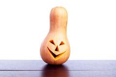 Halloween-pompoen op de lijst op witte achtergrond wordt geïsoleerd die Stock Foto