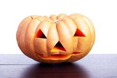 Halloween-pompoen op de lijst op witte achtergrond wordt geïsoleerd die Stock Foto's