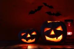Halloween-Pompoen op houten lijst voor griezelige donkere achtergrond De lantaarn van Jack o Royalty-vrije Stock Afbeelding
