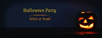 Halloween-Pompoen op houten lijst voor griezelige donkere achtergrond De lantaarn van Jack o Stock Afbeelding