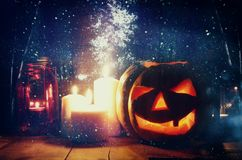 Halloween-Pompoen op houten lijst voor griezelige donkere achtergrond De lantaarn van Jack o Royalty-vrije Stock Foto