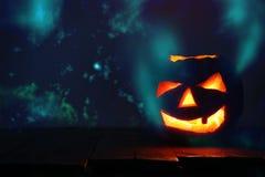 Halloween-Pompoen op houten lijst voor griezelige donkere achtergrond De lantaarn van Jack o Stock Foto's