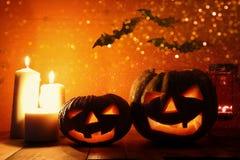 Halloween-Pompoen op houten lijst voor griezelige donkere achtergrond De lantaarn van Jack o Royalty-vrije Stock Foto's