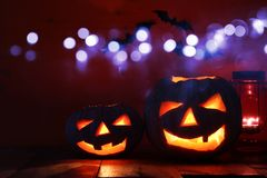 Halloween-Pompoen op houten lijst voor griezelige donkere achtergrond De lantaarn van Jack o Stock Fotografie