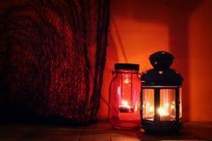 Halloween-Pompoen op houten lijst voor griezelige donkere achtergrond De lantaarn van Jack o Royalty-vrije Stock Afbeeldingen