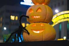 Halloween-pompoendecoratie bij nacht Verlichte pompoenen stock afbeelding