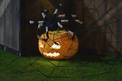 Halloween-pompoendecoratie bij nacht Verlichte pompoenen royalty-vrije stock foto's