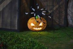 Halloween-pompoendecoratie bij nacht Verlichte pompoenen royalty-vrije stock fotografie
