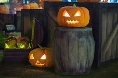 Halloween-pompoendecoratie bij nacht Verlichte pompoenen stock foto