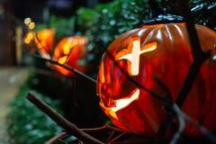 Halloween-Pompoendecoratie in de tuin voor Halloween stock afbeelding