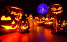 Halloween-pompoenen bij nacht donker landschap Stock Foto's