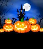 Halloween-pompoenen, maan en donker kasteel op blauwe achtergrond stock illustratie