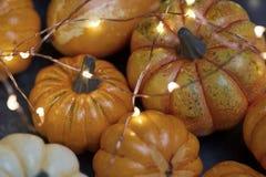 Halloween-pompoenen met verlichting royalty-vrije stock foto