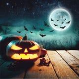 Halloween-Pompoenen op Hout in Griezelig Forest At Night Elementen van dit die beeld door NASA wordt geleverd stock afbeelding