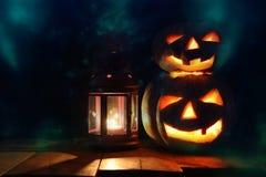 Halloween-Pompoenen op houten lijst voor griezelige donkere achtergrond Royalty-vrije Stock Afbeeldingen