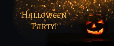 Halloween-Pompoenen op houten lijst voor griezelige donkere achtergrond Royalty-vrije Stock Fotografie
