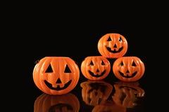Halloween-pompoenenplastiek op zwarte achtergrond stock afbeeldingen