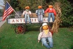 Halloween-Pompoenkarakters die op Wagen en Gazon, New England zitten Stock Afbeelding