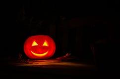 Halloween-Pompoenlantaarn op een donkere Achtergrond Stock Fotografie