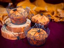 Halloween-Pompoenmuffins met Spinnen en Spinneweb worden verfraaid dat Royalty-vrije Stock Foto