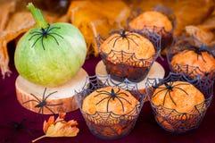 Halloween-Pompoenmuffins met Spinnen en Spinneweb worden verfraaid dat Stock Afbeeldingen