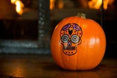 Halloween-pompoenschedel die donkere achtergrond trekken Stock Afbeeldingen