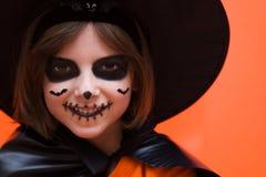 Halloween Porträt eines Mädchens gebildet auf einem orange Hintergrund lizenzfreies stockbild