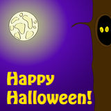 Halloween-Postkarte mit furchtsamen Augen in einem Baum. Lizenzfreies Stockfoto