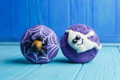 Halloween przyjęcia cukierki Wyśmienicie Halloweenowe babeczki z pająkiem zdjęcie royalty free