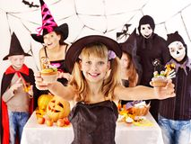 Halloween przyjęcie z dziećmi trzyma trikowego lub fundę. Obraz Royalty Free