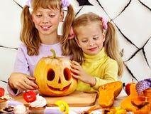 Halloween przyjęcie z dziećmi trzyma trikowego lub fundę zdjęcia royalty free