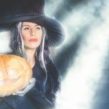 Halloween przyjęcie 2016! Mody azjatykcia kobieta lubi czarownicy mienia dyniowy Obraz Royalty Free