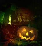 Halloween pumpa i spöklik kyrkogård Fotografering för Bildbyråer