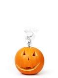 Halloween pumpa med rök Arkivfoto