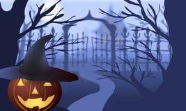 halloween Pumpahatt mot bakgrunden av kala träd, portar och det gamla huset Royaltyfria Bilder